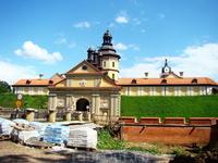 Старинный городок Несвиж знаменит своим средневековым замком. Хотя с виду Несвижский замок больше напоминает дворец XVIII века он не намного младше своего величественного соседа – Мирского замка.  Д