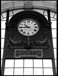 Часы в здании вокзала.