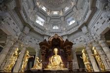 Золотые скульптуры.