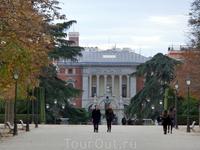 Из парка видно одно из зданий музея Прадо.