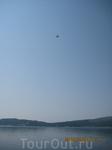 Отплыли на туристическом теплоходе от набережной Тивата, а над нами взлетел самолет из аэропорта Тивата.