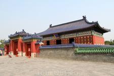 Одна из построек храмового комплекса.