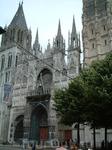 Руан - древняя столица Нормандии. Руанский собор – это нечто потрясающее, витражи внутри собора излучают своеобразный свет и цвет, этим можно наслаждаться ...