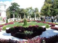 Огромный парк.Такие цветы, такие клумбы