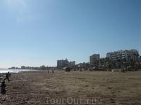 вид на туристическую Ларнаку с берега
