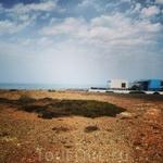 Домики на побережье в традиционных греческих цветах
