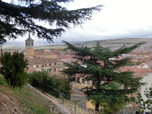Вид из парка на церковь Сантьяго. Церковь была построена в XV-XVI веках и ее основателями являются кавалеры Ордена Сантьяго.
