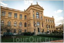 Городской музей Праги стоял в лесах в 11 году, теперь он вот такой красавец.