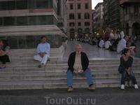 мой муж Дэвид, сидящий на ступеньках собора Санта-Мария дель Фьоре