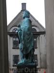 Одна из скульптур у храма Девы Марии.