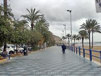Городской пляж Postiguet, вдоль которого тоже пролегает украшенная пальмами прогулочная аллея. В солнечный день эта аллея заполнена толпами фланирующих ...