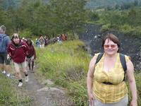 """Рано утром выезжаем в юго-восточную часть горной долины р. Балием. Пешая экскурсия (16,5 km) в районе проживания племени Дани. Это """"лицо"""" Папуа - ухоженные ..."""