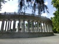 Полукруглая колоннада, окружающая памятник Альфонсо XII.