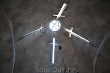 В ХV веке к западной части церкви был пристроен открытый притвор главного входа, над которым возвышалась колокольня с пышным архитектурным убранством. ...