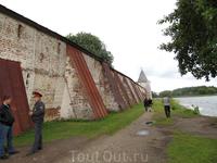Стены монастыря со стороны озера