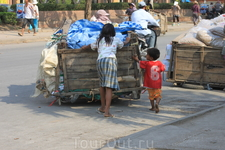 Обмен товарами между Камбодией и Таем.