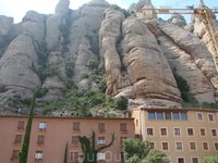 Причудливые горные образования окружают монастырь