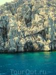 у этих о-вов очень глубоко сразу у берега..вода реально синяя темно синяя