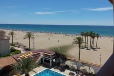 Вид на пляж к полудню. Народу прибавилось, но при ширине пляжа в 100 метров место есть ВСЕГДА!