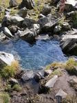 серебряный источник, выходит на поверхность и заполняет эту  чащу только 10  дней в году, в начале августа. Вода постоянной температуры плюс два