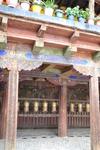 В центре монастыря находится Утце, наиболее впечатляющее среди зданий монастыря, и столб, символизирующий центр вселенной. К северу от них находится Храм Луны, а к югу – храм Солнца, практически разру