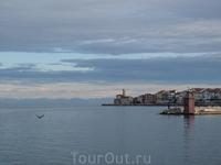 Маяк и итальянский берег.