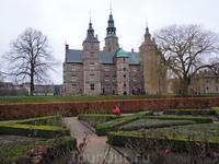 Дворцовый парк - шикарная оправа этому архитектурному бриллианту.