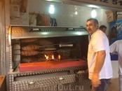 """Есть еще совсем специфичное блюдо под названием кокореч. Это в буквальном смысле """"царь уличной еды"""". Блюдо любимое турками настолько, что рассказывают ..."""