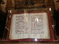 В библиотеке и музее собора хранятся старинные книги, самая древняя из которых - первая книга Сеговии, отпечатанная в 1472 году.