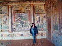 Второй Тибуртинский зал. Здесь росписи отображают сценки из истории постройки дворца