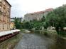 С мостика через Влтаву открывается отличный вид на замок, который как бы вырастает из скалы, нависающей над рекой.