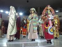 Платья - плод фантазии молодого узбекского дизайнера.