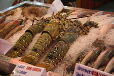 Та же Волкин Стрит: лобстеры и другие морские деликатесы активно предлагаются береговыми кафешками