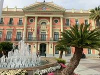 Центральная площадь Мурсии называется Glorieta de Espana, про La Plaza Mayor я писала чуть раньше. Так вот, розовато-белый фасад здания мэрии la Casa Consistorial ...