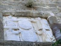 Барельефы украшают стены замка. Здесь изображены - дева Мария с младенцем, святой Петр, святые Магдалена и Катерина.
