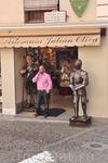 Толедо. Магазин и его Хозяин. Не очень похож на рыцаря.