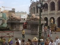 Арена ди Верона. Слева: привезенные декорации.