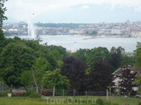 Вид на Женевское озеро с другого, восточного берега. Вдалеке центр и фонтан.
