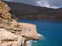 Плывем вокруг Спиналоги к острову Кабачок (как-то по гречески не помню), чтобы искупаться. Однако купание там еще то удовольствие. Приплывают сразу несколько ...
