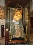 В самом музее представлена церковная утварь, подарки, которые дарят Святой Альмудене. Например, вот такое праздничное одеяние.