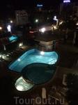 Вид на ночной бассейн