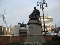 Памятник знаменитому шотландцу Вотту, который изобрел лампочку.