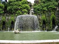Вилла кардинала д'Эстэ  в Тиволи построена в эпоху раннего Ренессанса во второй половине 1500 годов.  Сотни изумительных фонтанов красивого сада «по-итальянски» расположились на крутом террасированном
