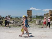 Туристы спешат увидеть непревзойденную красоту природы - кальциевые отложения Хиераполиса.