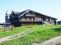 Кижи. Крестянский дом. В нем хранили лен,  лодки, сено. Специально лестницу делали из половинок брёвен, чередуя плоскую и выпуклую сторону, - чтобы лошадям ...
