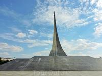 И напоследок еще раз памятник на Аллее космонавтов, только теперь уже в солнечный день