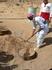 Наш долгожданный обед выкапывают из песка