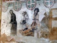 Старинные фрески 14-го века постепенно реставрируются, но денег не хватает, поэтому состояние фресок оставляет желать лучшего.