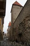 так выглядят стены средневекового города с обратной стороны, т.к. изнутри, со стороны местных жителей
