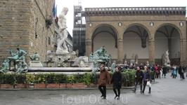 Площадь Синьории. Палаццо Веккио (Старый дворец). Еще большую основательность дворцу придает высокая башня (94 метра), поднявшаяся над галереей с 1310 ...